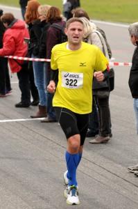 Hockenheimringlauf 2013 - auf der Zielgeraden siegt der Schmerz über das Lächeln